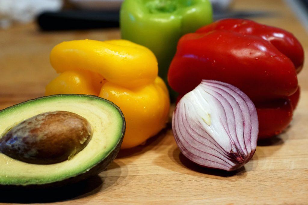Зеленчуци за бързо пиле фахитас с мачкано авокадо върху тортия